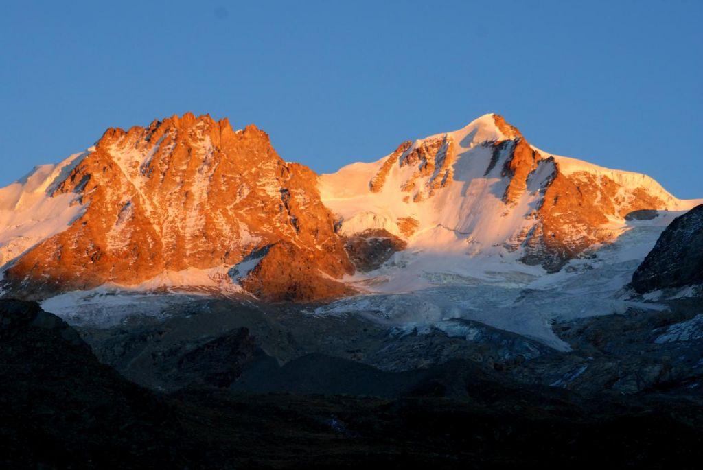 levé de soleil sur les sommets enneigés