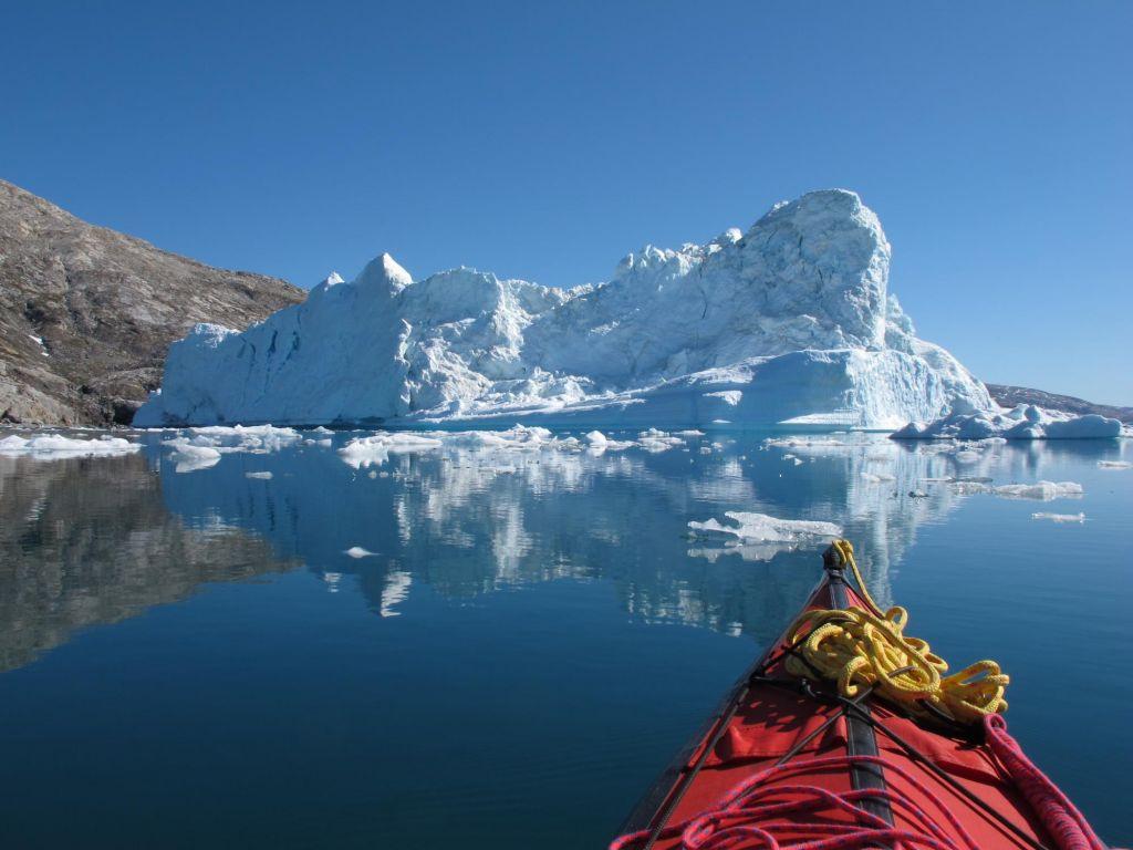 Kayak face à un iceberg au Groenland