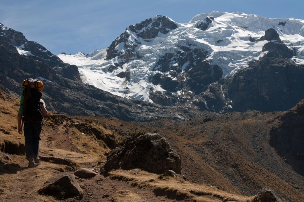 Randonneur devant un glacier de la Cordillère de Huayhuash