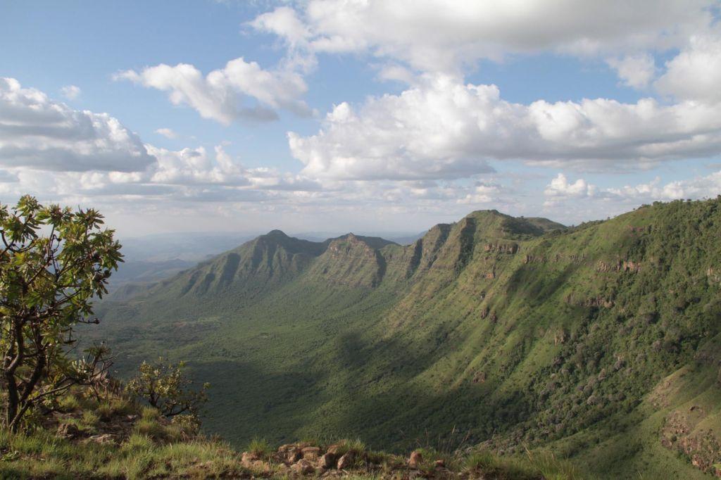 Samburu qui regarde la vallée du rift