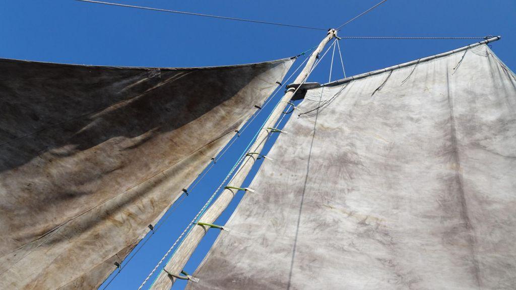 pirogue à balancier traditionnelle sur lagon émeraude