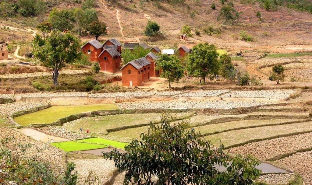 petit village de maison terre rouge