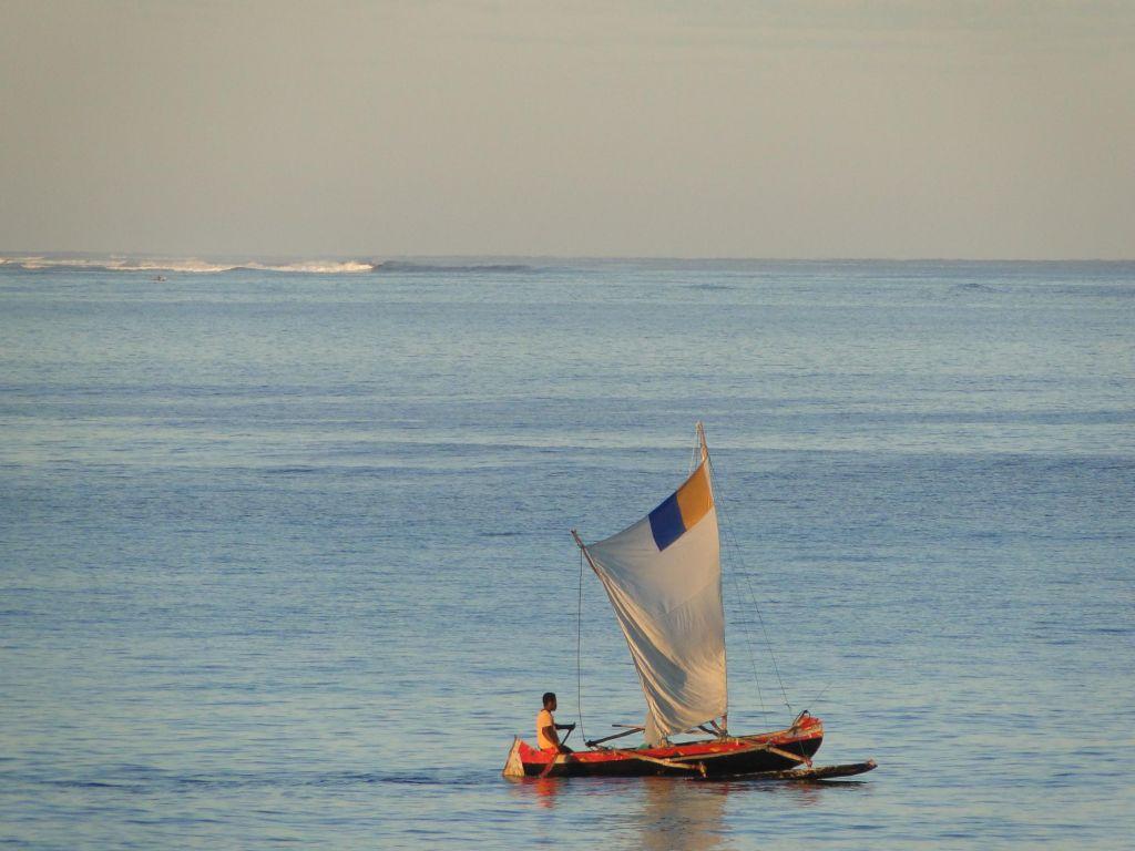 petit bateau en plein mer