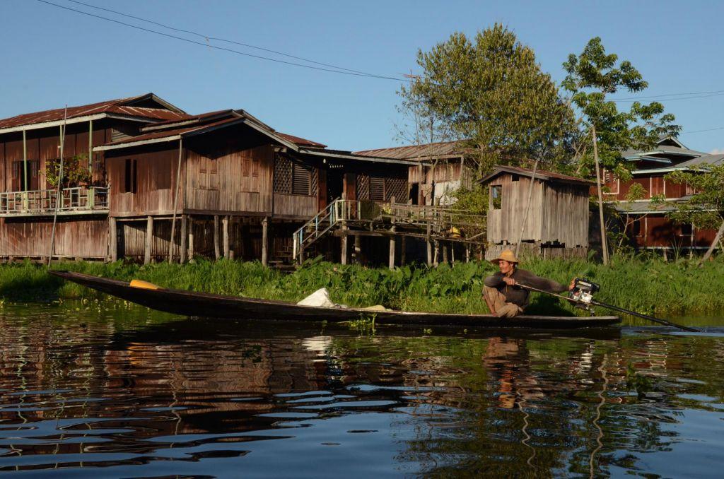 villageois sur son petit bateau