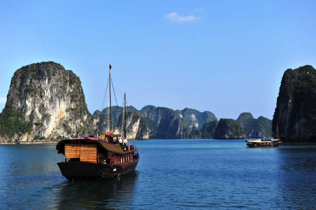 bateau navigant dans la baie d'Halong