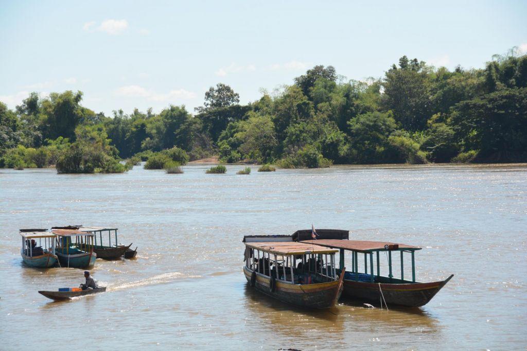 petits bateaux de pêcheurs sur le mékong