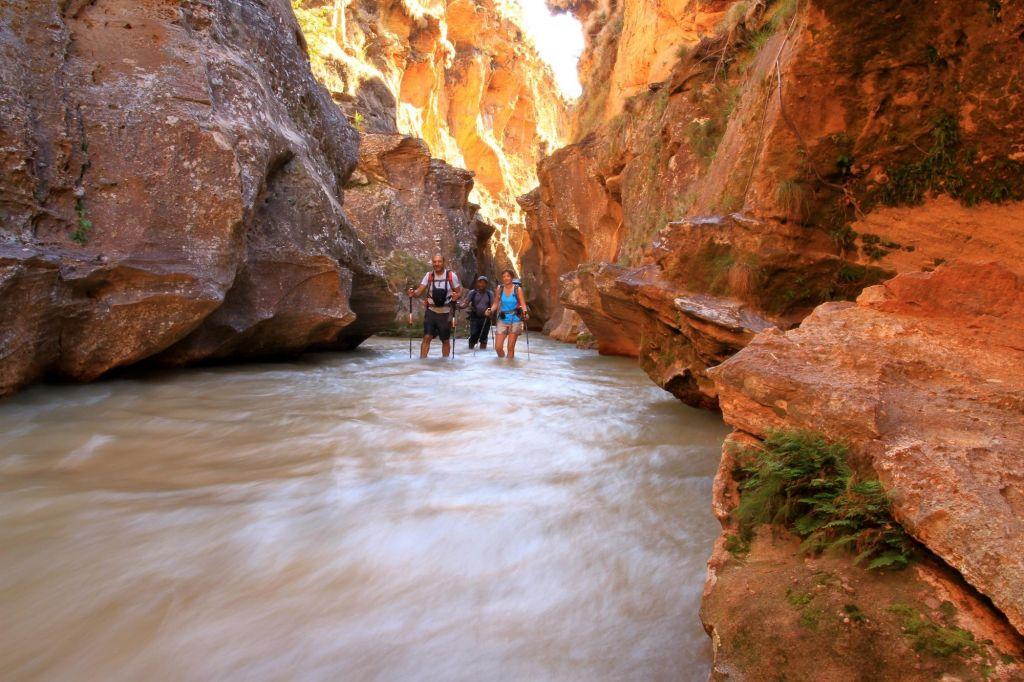 trek dans un canyon en eau