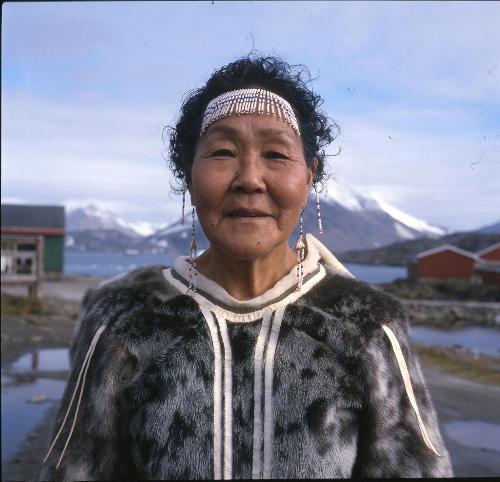 Femme groenlandaise à Kulusuk au Groenland