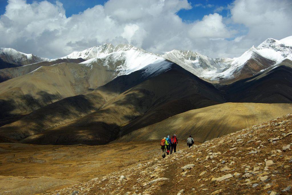 randonneurs dans un paysage de montagne
