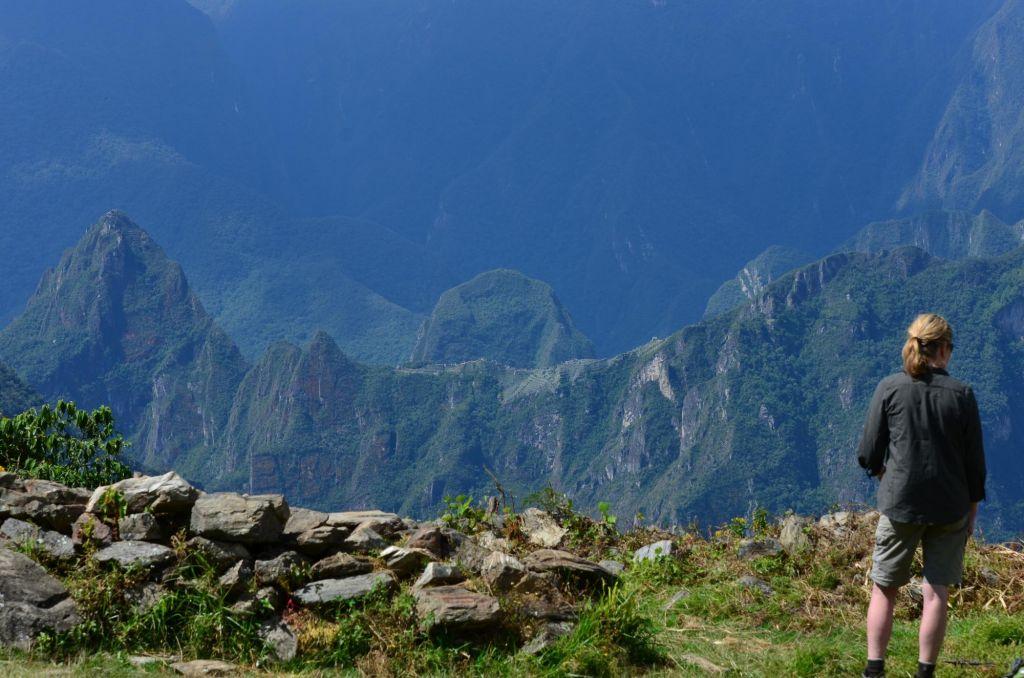 randonneur face à la Cordillère de Vilcabamba, trek de Choquequirao, Pérou