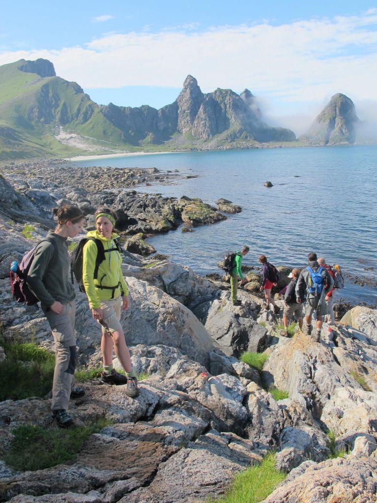 groupe de randonneurs descendant vers la mer