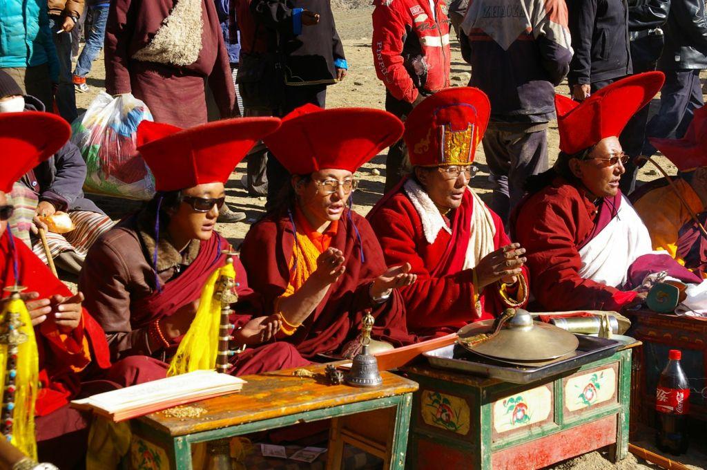 aux hommes de prière en tenue traditionnelle