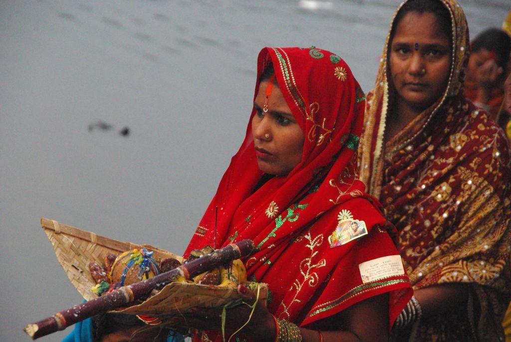 femme en tenue hindouiste lors d'un cérémonie