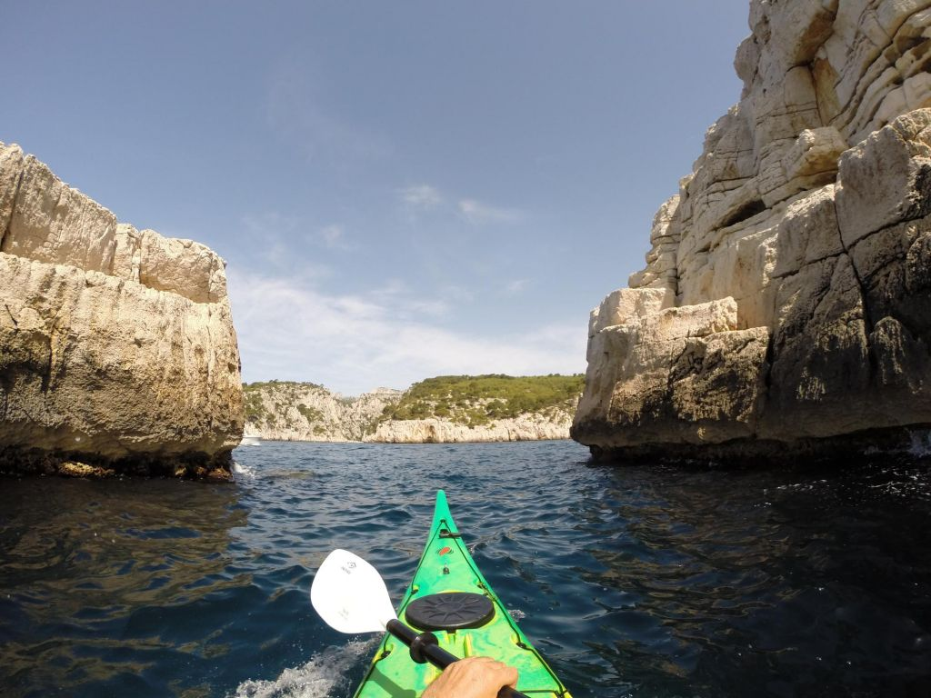 pointe avant d'un kayak en pleine mer