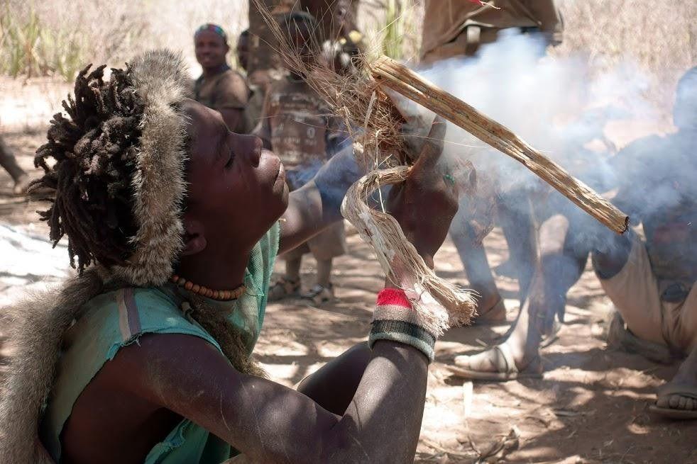 maasaï soufflant pour allumer un feu