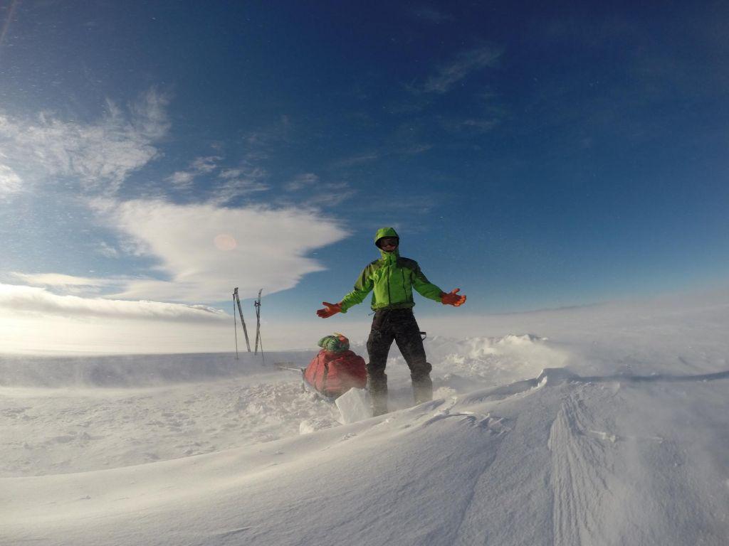 voyageur face au vent de neige