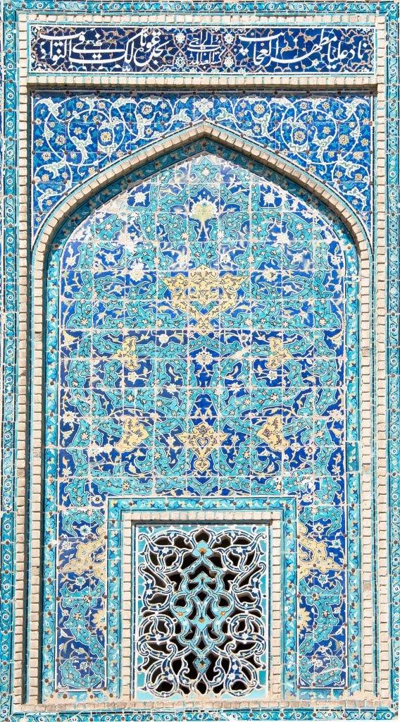 porte décorée de petites mosaïques bleues