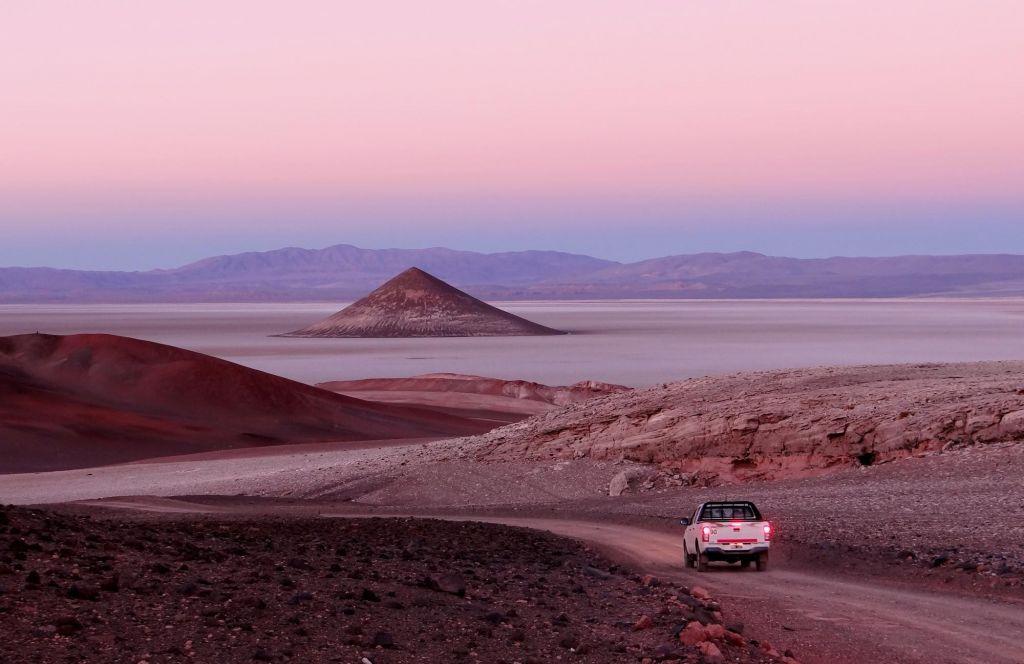 Véhicule arrivant sur le conito de Arita, Salar de Arizaro, Tolar Grande, Argentine