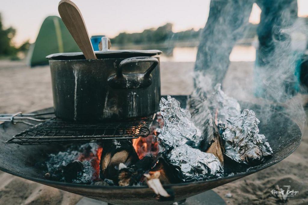 Cuisine au feu de bois au bivouac