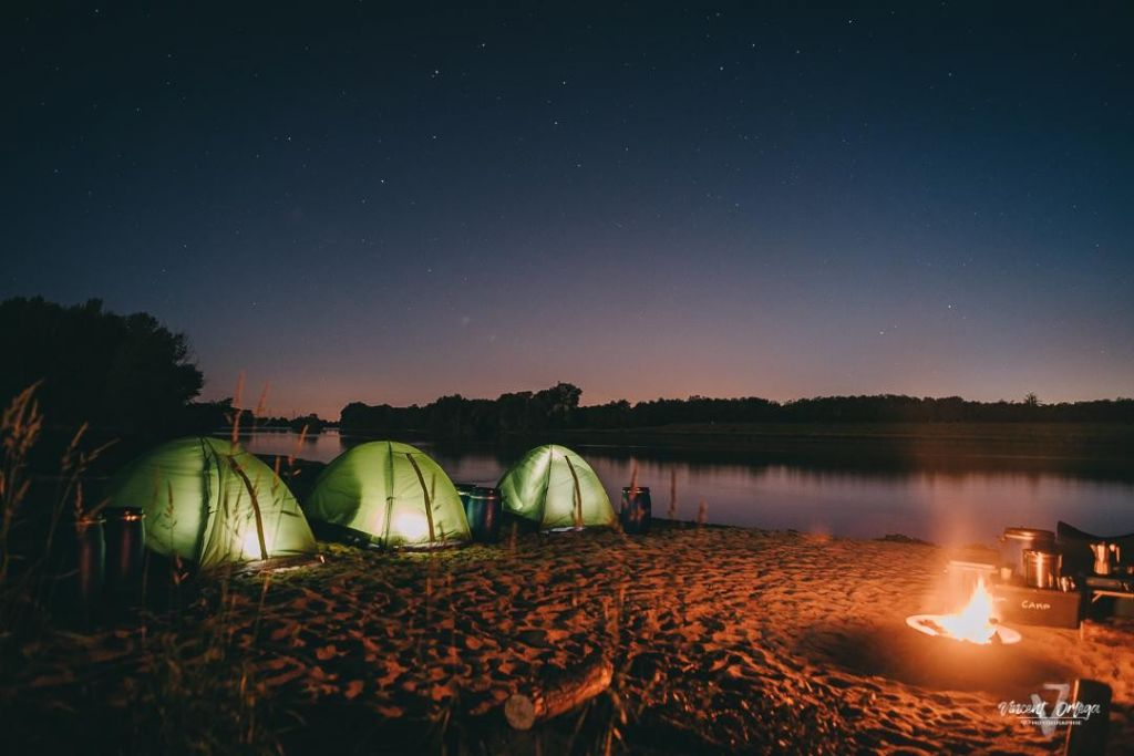Tentes au coucher du soleil sur une plage de Loire