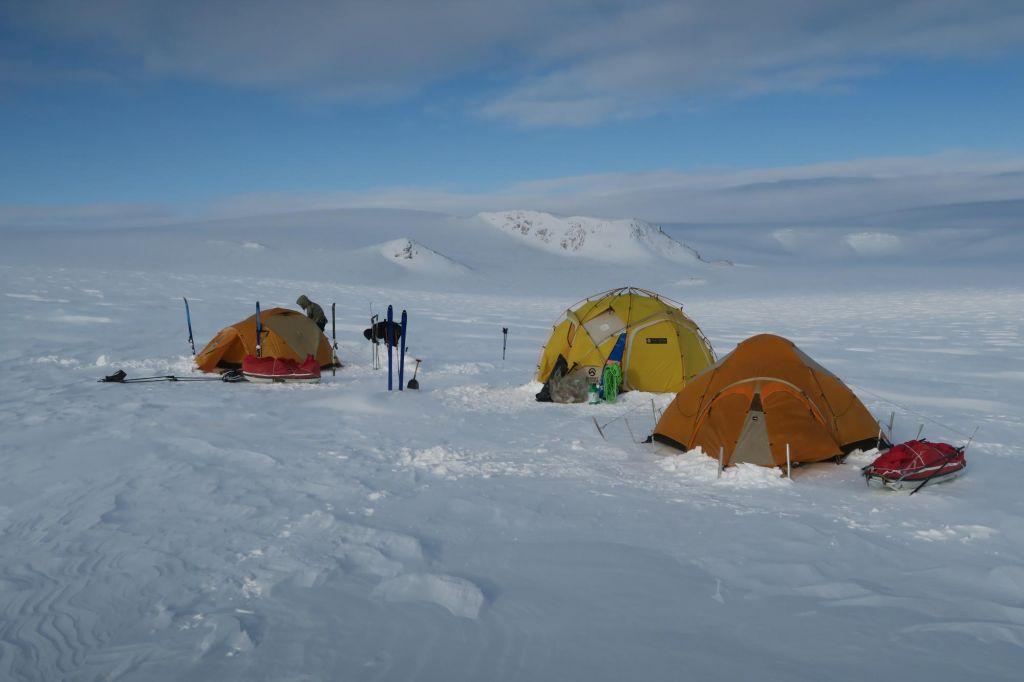 Camp de tentes sur la neige