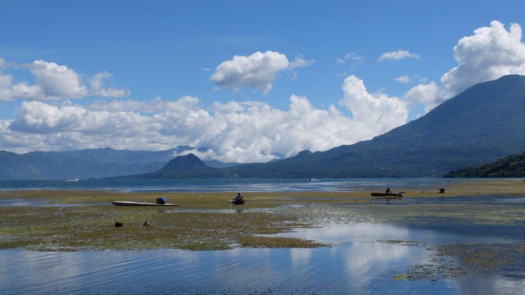 bateaux de pêcheurs sur le lac Atitlan