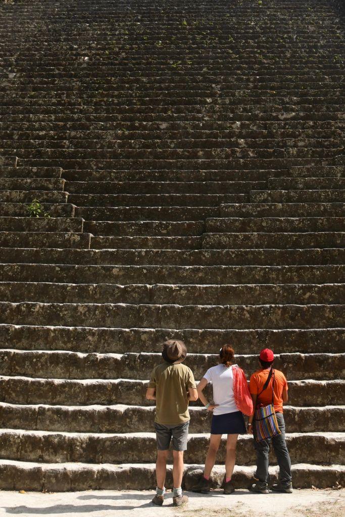 randonneurs devant les escaliers du temple du serpent bicéphale de Tikal, Guatemala