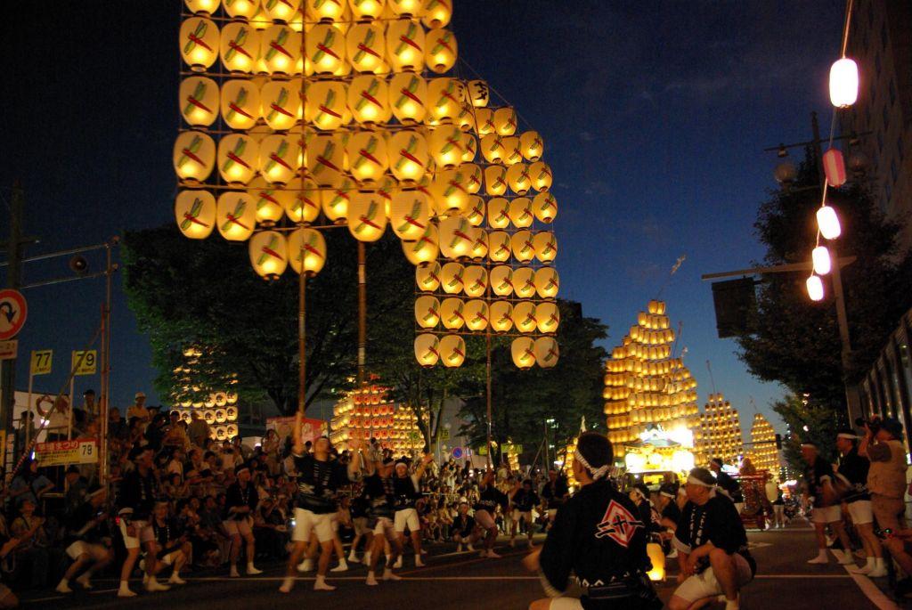 procession des lanternes lors du festival Akita Kanto Matsuri