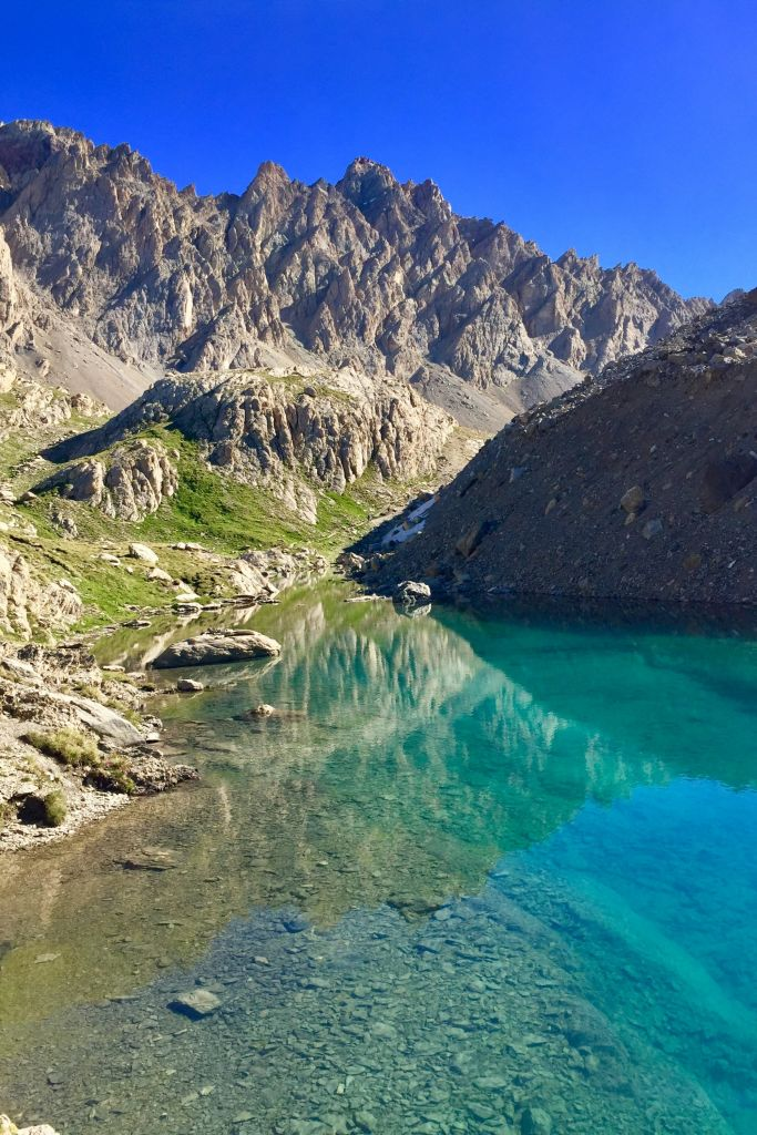 Lac sauvage lors d'une randonnée photographique en Haute Ubaye