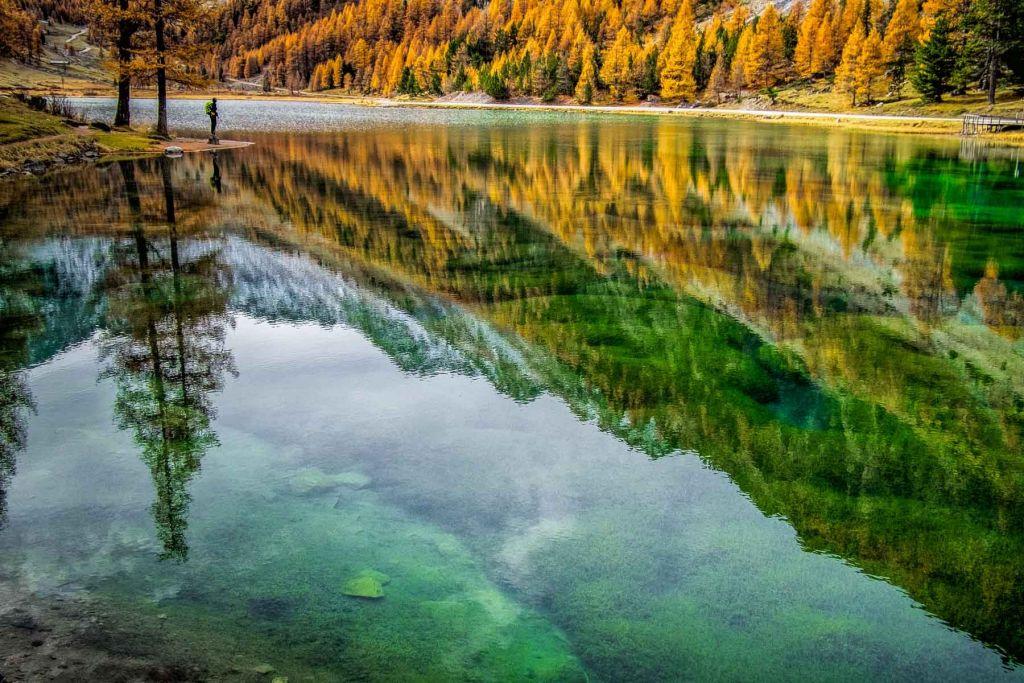 Lac de montagne et mélèzes dans le Mercatour à l'automne